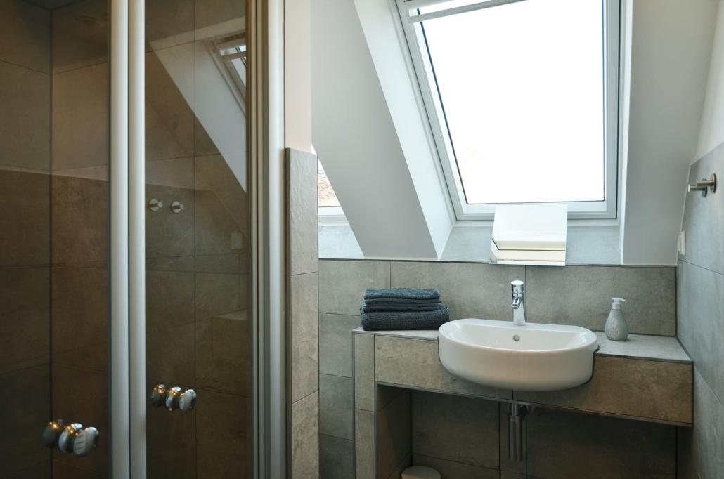 Modernes, helles Bad mit Dusche