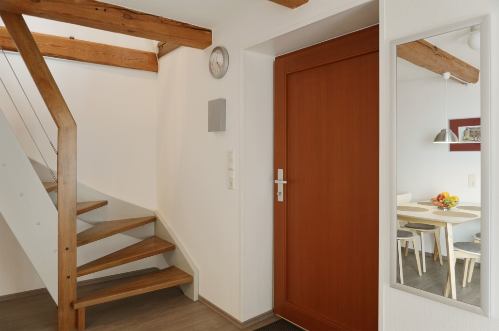 EIngangsbereich mit Haustür und Treppe in Dachgeschoss