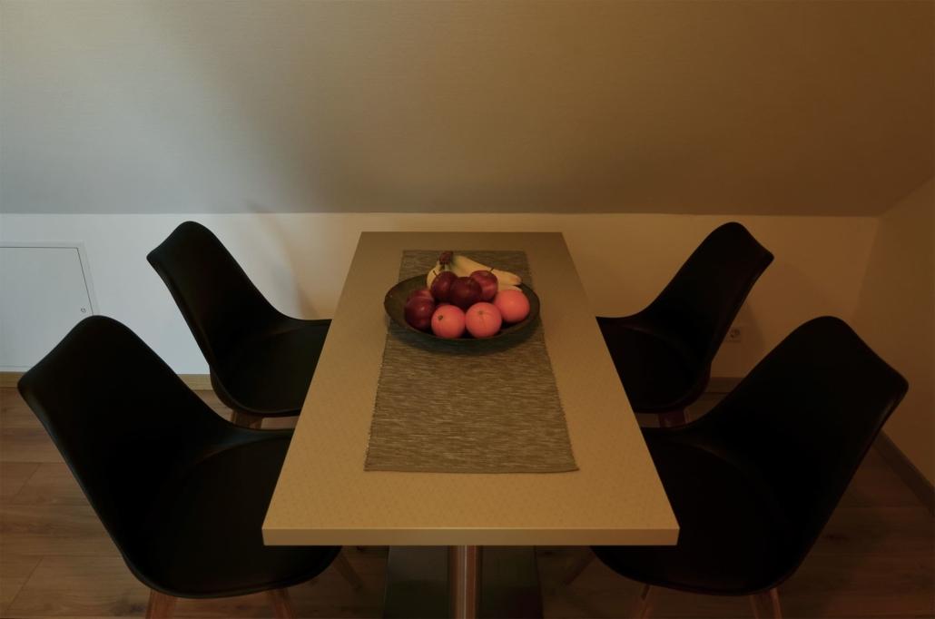 Esstisch mit vier Stühle für ausgiebiges und leckeres Frühstück
