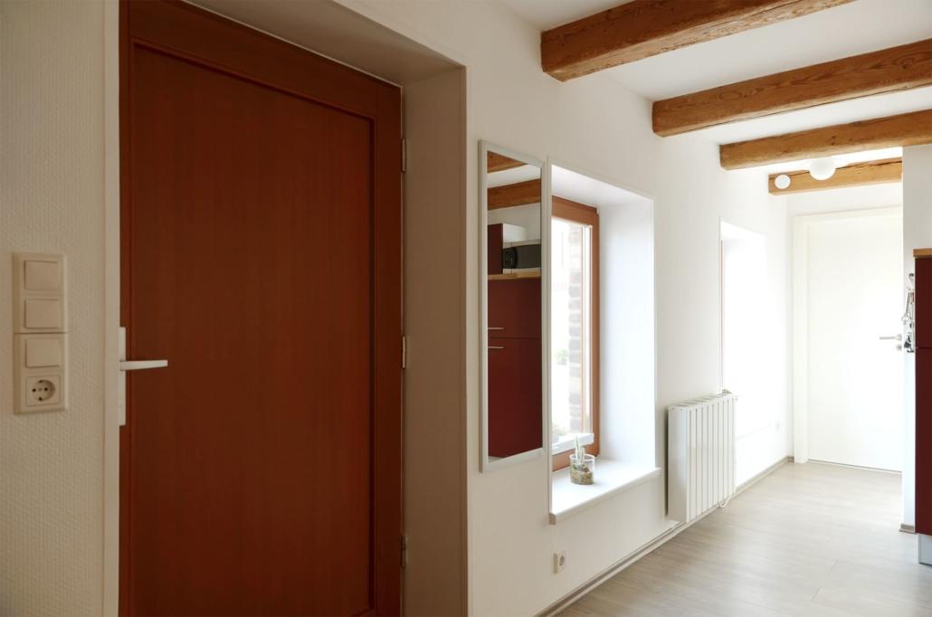 Hauseingangstür und kleiner Flur mit Abgängen für Bad und begehbaren Kleiderschrank