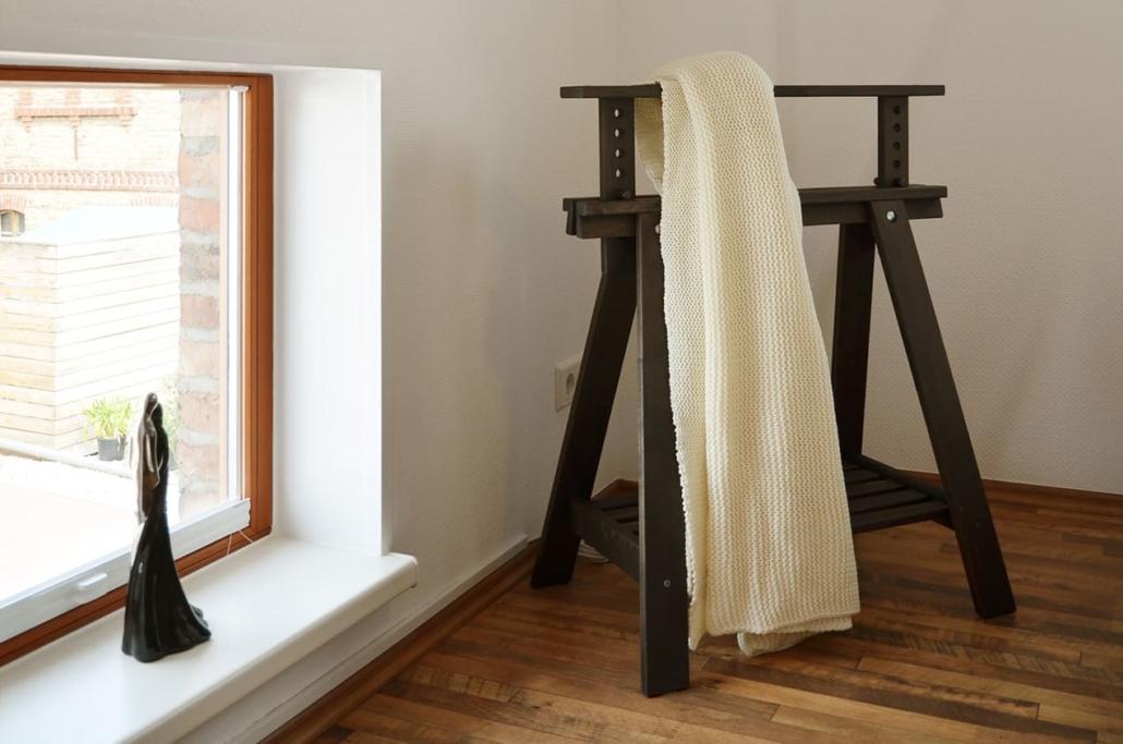 Stylische Kleiderablage im Schlafzimmer