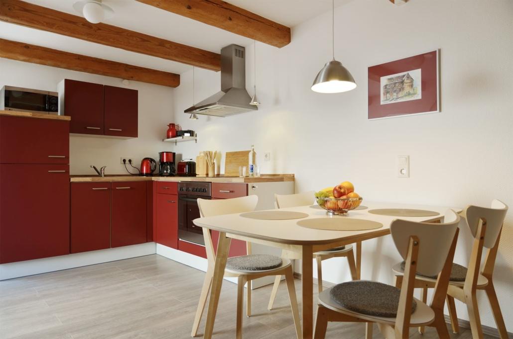 Winkelküche und Esstisch mit vier Stühlen