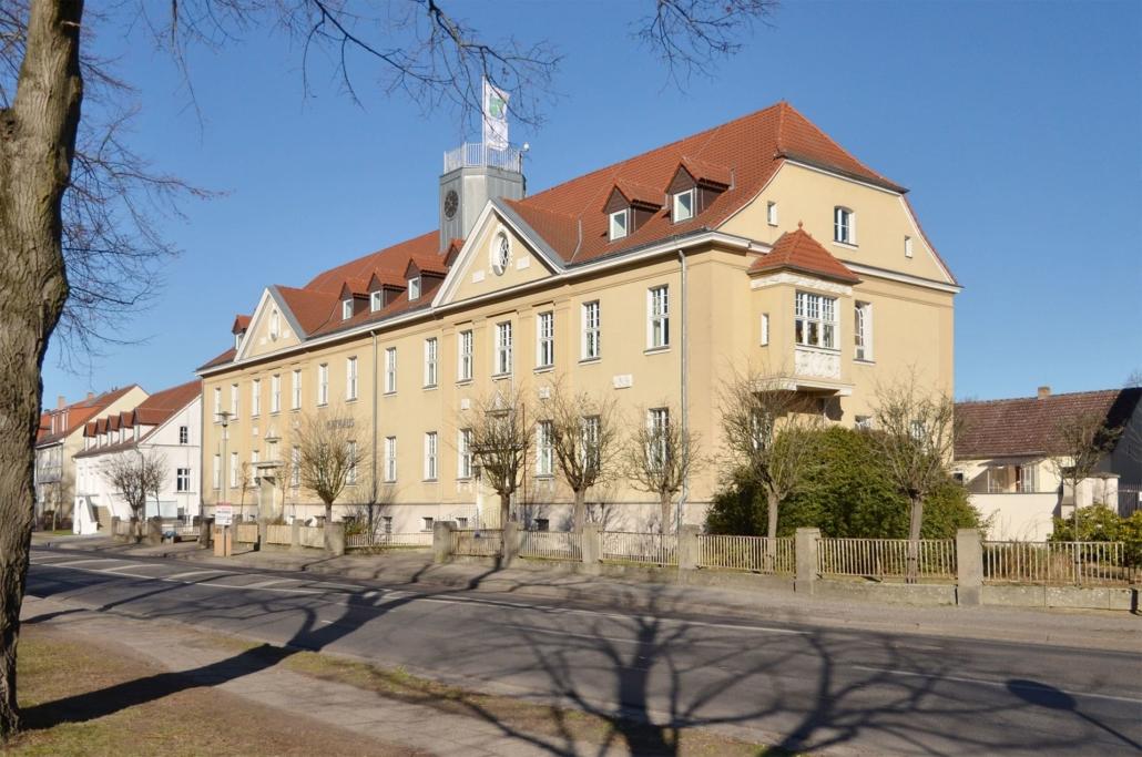 Das Rathaus Falkensee ist nur wenige Meter von der Unterkunft entfernt
