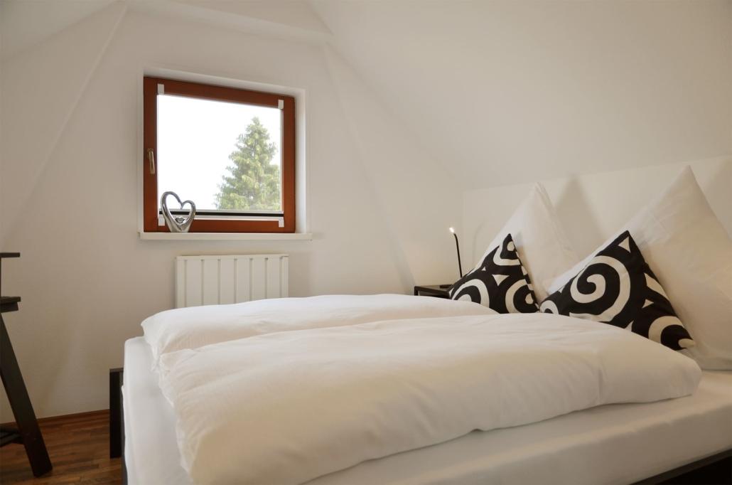 Schönes Schlafzimmer mit bequemen Doppelbett mit BODYGUARD® Matratze (160 x 200 cm)