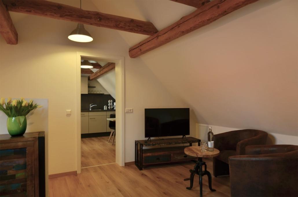Geradezu ist die Küche, rechts ist der Sitzbereich und links gehts die Treppe runter zum Aus-/Eingang