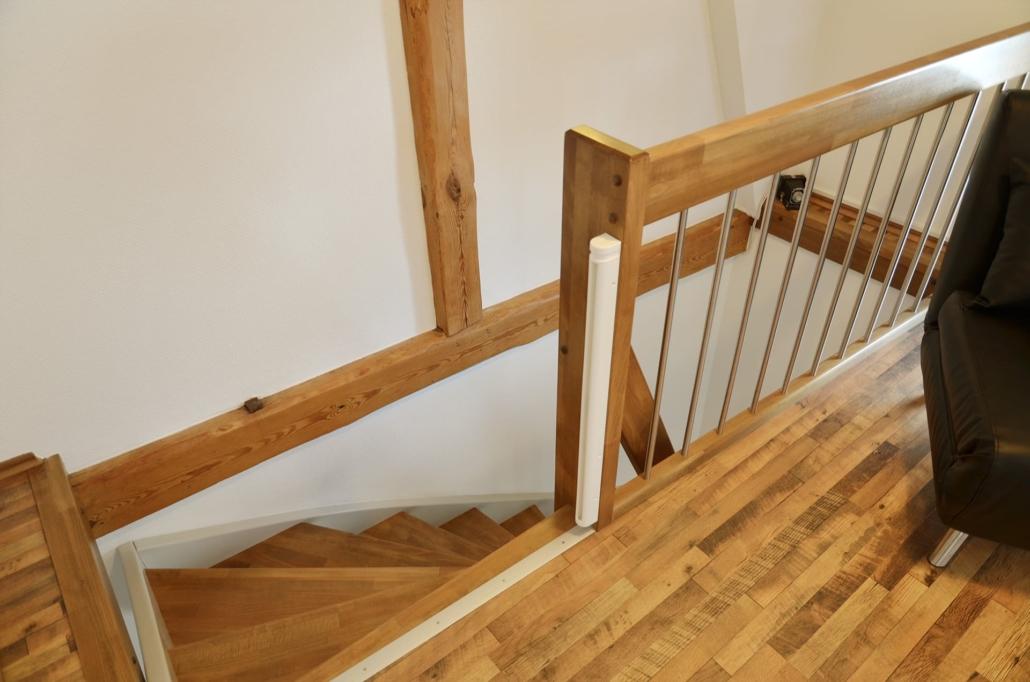 Treppe mit Brüstungsgeländer und Kinderschutztür aus Austritt