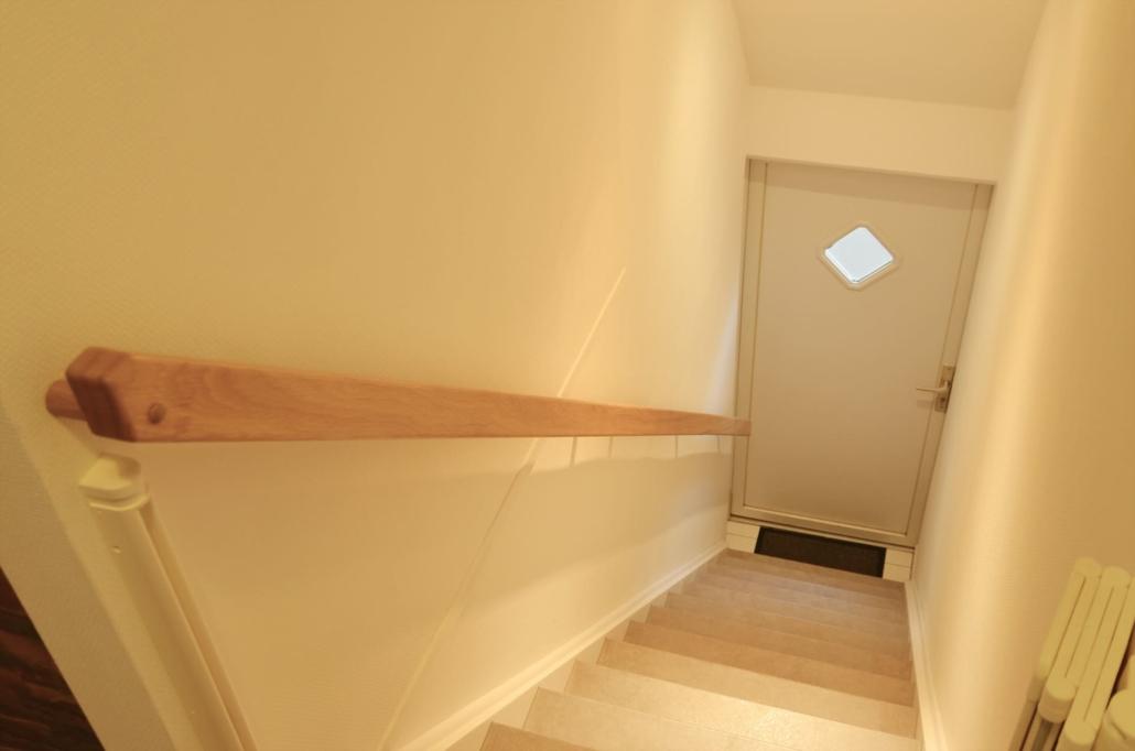 Offene Treppe mit separaten Eingang vom Innenhof (mit Kinderschutztür)