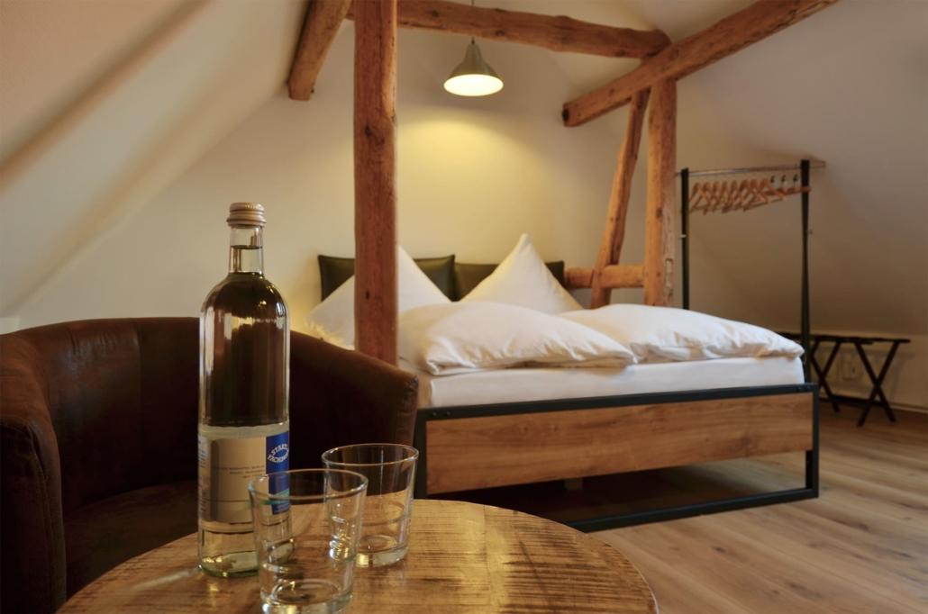Gemütlicher Wohn-Schlafbereich der Ferienwohnung Spatzennest. Gratis Wasserflasche bei Anreise