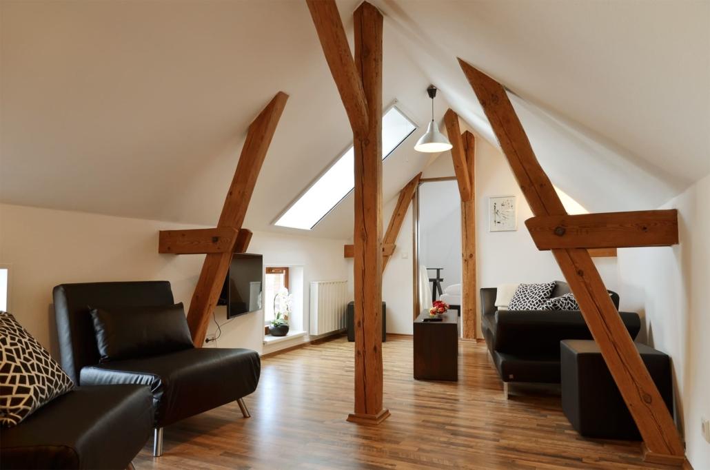 Dachgeschoss mit offenem Wohnbereich und angrenzendem Schlafzimmer
